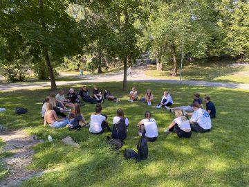 Studerande i Vårdbergsparken