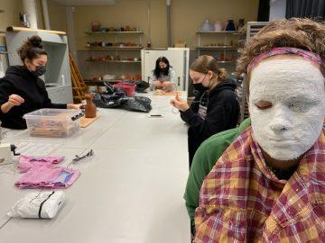 Studerande arbetar med lera och gips