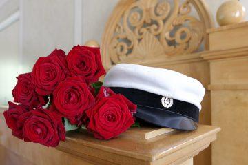 Studentmössa och rosor på talarstolen