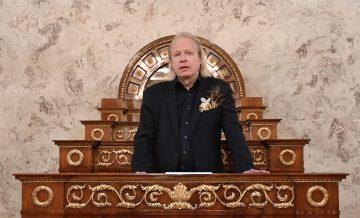 Författare Peter Sandström talar i talarstol