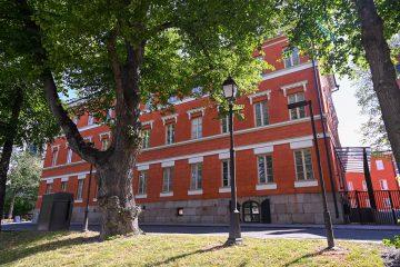 foto av skolan från ån sett