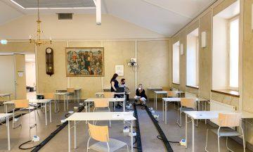 studentskrivningssal med bord och stolar